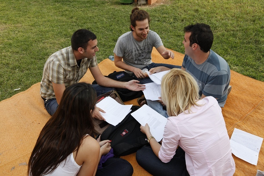 סטודנטים לומדים ברחבת הדשא